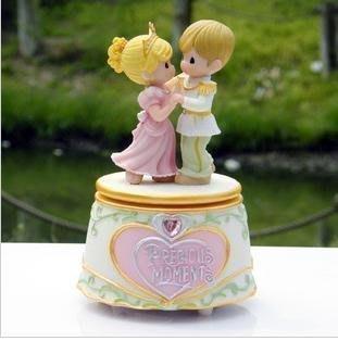 【優上精品】精品屋水滴娃娃王子與公主旋轉帶音樂跳舞音樂盒八音盒浪漫唯美情侶禮(Z-P3155)