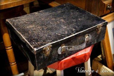 美國古董黑色鐵製手提箱 復古老鐵箱 舊鐵箱 老箱子 [BOX-0191] 二手 中古 家飾 擺飾 裝飾品 美式 老物雜貨