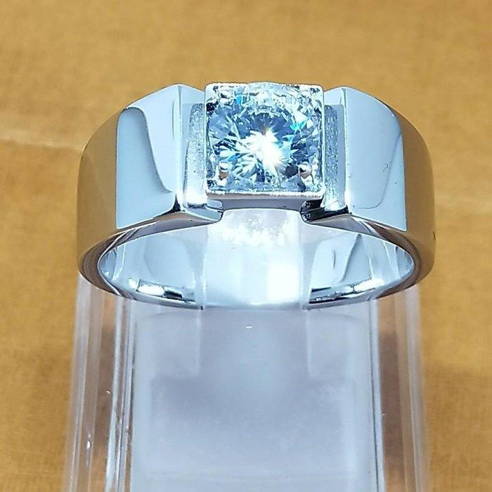 一克拉單鑽戒指男典雅精品925純銀鍍鉑金指環 鑲嵌高碳鑽仿真鑽男士戒指 媲美真鑽永保晶亮不退色 FOREVER莫桑鑽寶