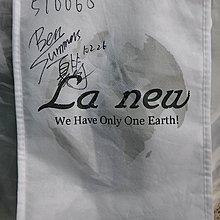 "La new手提布袋上手寫有 ""Ben Summers & 夏筠"" 簽名與日期編號等,白底不織布袋有些微摺痕與使用痕跡"
