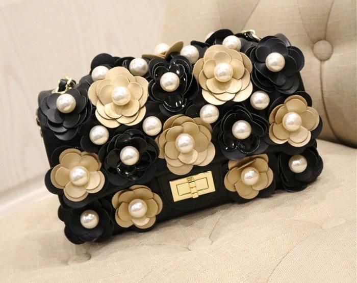 ♥PK漂亮♥ K18017 立體大珍珠金色黑色山茶花朵小香風菱格洋氣百搭單肩側斜鍊條party小方包包