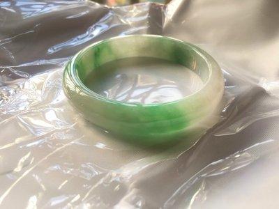 翠玉閣--A貨翡翠-- 春帶彩~飄陽綠玉鐲--鐲面完美--附台灣鑑定證書---賠售