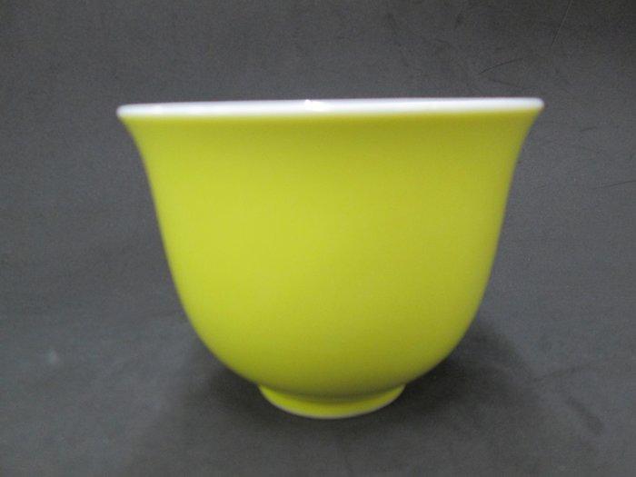 《福爾摩沙綠工場》@ 單色釉瓷杯-黃,底款:上海市博物館 一九六二年,容量120CC 特價650元。