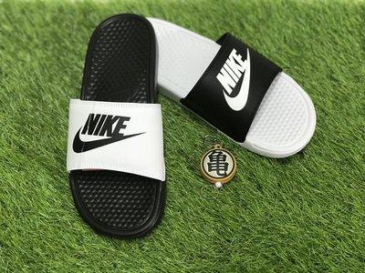 龜字標記NIKE BENASSI JDI MISMATCH 黑白 陰陽 運動拖鞋 818736-011 男女鞋 情侶款