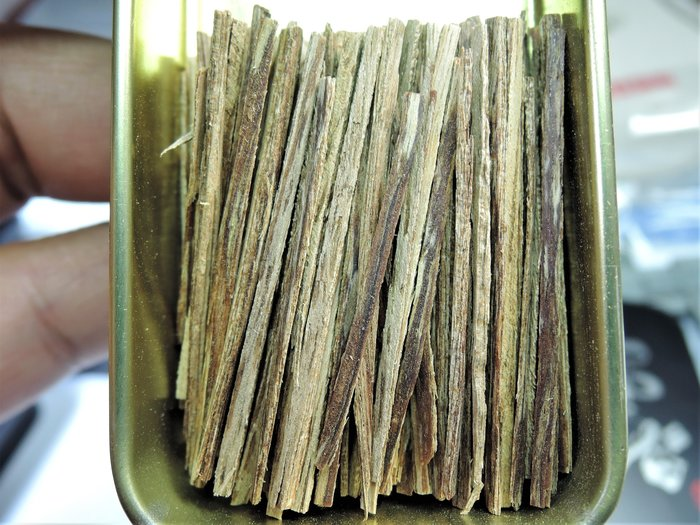 12R2越南芽莊沉香3A級 帶有瓜蜜甘甜還有一絲絲的凉意 抽煙片.熏香.煎香.煙絲 煙針. 5克鐵盒裝
