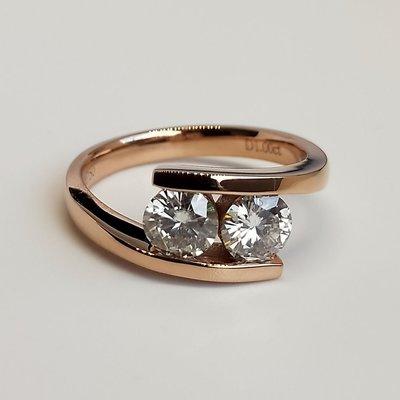 莫桑鑽寶極光鑽石莫桑石鑽戒0.5克拉2顆鑲嵌18k金檯 求婚訂婚結婚圓夢鑽石百年經典戒指新款18k金鉑金質感媲美真鑽 免運費 購物愉快 有保障