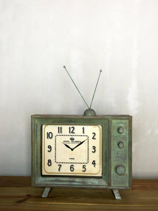 【曙muse】美式復古造型電視時鐘 鐵鏽仿舊鐘 擺飾裝飾 loft 工業風 咖啡廳 民宿 餐廳 住家
