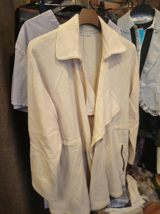 毛料外套可以穿到L號 F size ..毛料會有一點點刺刺的 ,可穿內搭就ok了 ,腰內有綁  穿起來非常顯瘦日本品牌