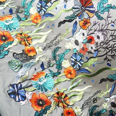 橙子的店 W226黑色軟網紗底彩色繡花水草花大定位花刺繡蕾絲布料服裝面料
