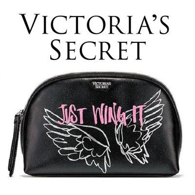 【菲菲美國舖】時尚亮眼。現貨~* Victoria's Secret *~名模御用❤天使翅膀皮感刺繡化妝包