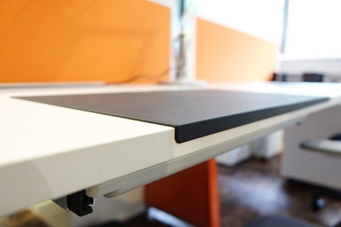 《瘋椅世界》細緻牛皮紋理TPU桌墊 耐汙、平整好書寫