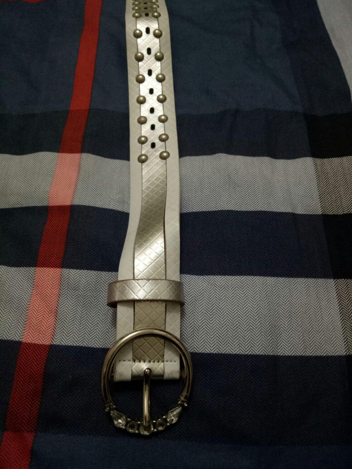 白色皮帶3.5x105m(房櫃1粉395)有使用痕跡不寄超商