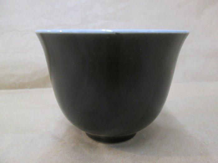 《福爾摩沙綠工場》@ 單色釉瓷杯-黑,底款:上海市博物館 一九六二年,容量120CC 特價650元。