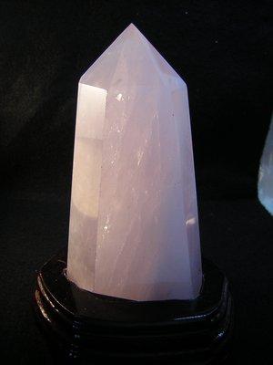 【采鑫坊】粉水晶柱~粉晶柱高133mm《低起標.無底價》附特製木座~