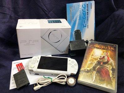 Sony PSP 3007 (6.60版本,無改機)、原廠電池*1、原廠耳機控制器*1、4 GB記憶卡*1、原廠充電器*1、全新保護殼*1、戰神(中文版)*1