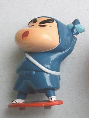 **M8-16**穿忍者服的蠟筆小新塑膠玩偶/表面有使用痕跡,能接受物況再下標