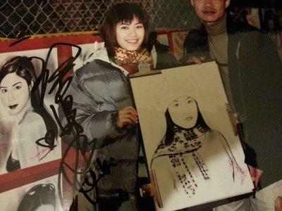 徐懷鈺獨家心動列車珍藏鏡外親筆簽名照與畫家合照(A4大小已護貝)