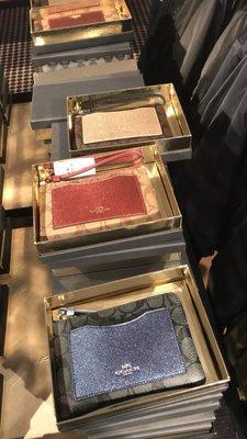 【美國直購】COACH 聖誕限定手拿包款-禮盒裝 駝色/咖啡色