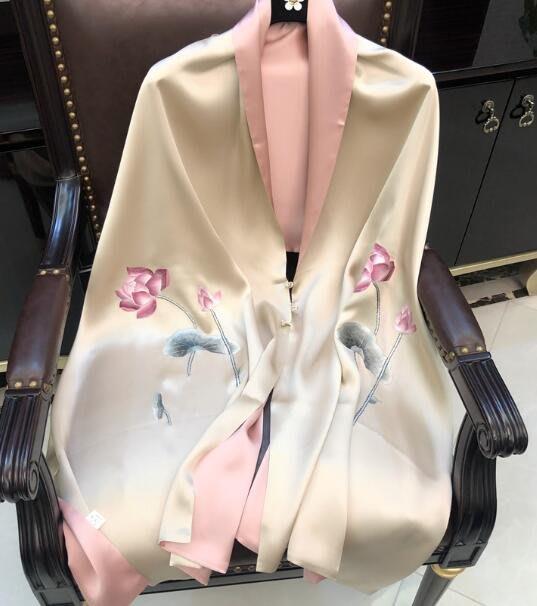 (輕舞飛揚)香檳荷花蘇綉盤扣旗袍披肩女真絲絲巾桑蠶絲雙層手工刺繡高檔圍巾