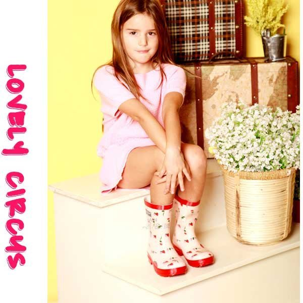 5Cgo【鴿樓】會員有優惠  21706012680 天然橡膠歐美風時尚兒童女童卡通雨鞋草莓雨靴 兒童雨鞋