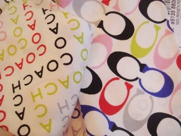全新美國品牌 COACH 白底經典多色彩 LOGO 雙面長條型絲巾領巾,低價起標無底價!本商品免運費!