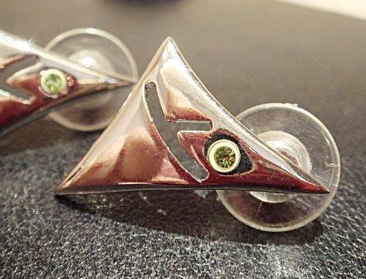 全新,國外帶回!鑲淡綠色玻璃水晶設計款三角型耳環,低價起標無底價!本商品免運費!