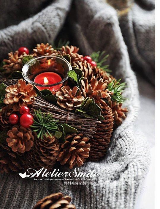 [ Atelier Smile ] 鄉村雜貨 日本直送 森林系 松果 松針樹枝 花環美式燭台 直徑20公分 #聖誕裝飾
