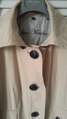 【Steve Madden 】LOGO刻印經典駝色厚挺大衣風衣 PP4