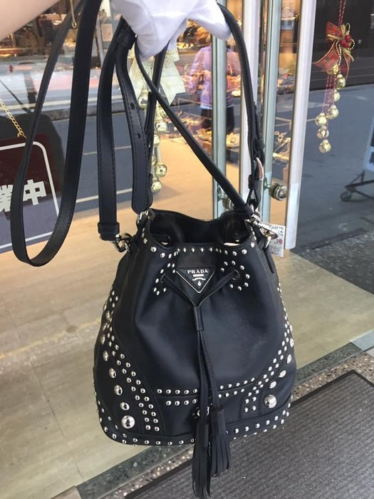 典精品名店 Prada B2785 近 新品 黑色 全皮 流蘇 鉚釘 水桶包 手提 肩背 斜背包 現貨