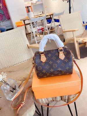 禮盒包裝 經典真皮枕頭包 NANO SEEDY相當小巧 所以搭配中盡顯時尚靚麗迷人氣質 但是攜帶輕盈 可直接把錢包手包化A-01550