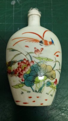 精緻瓷器鼻煙壺荷花,重約105.8g