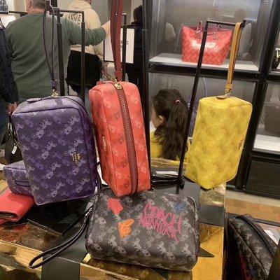 【八妹精品】COACH 84641 84642 新款女士馬車標手拿包 化妝包 零錢包 手腕袋包錢包