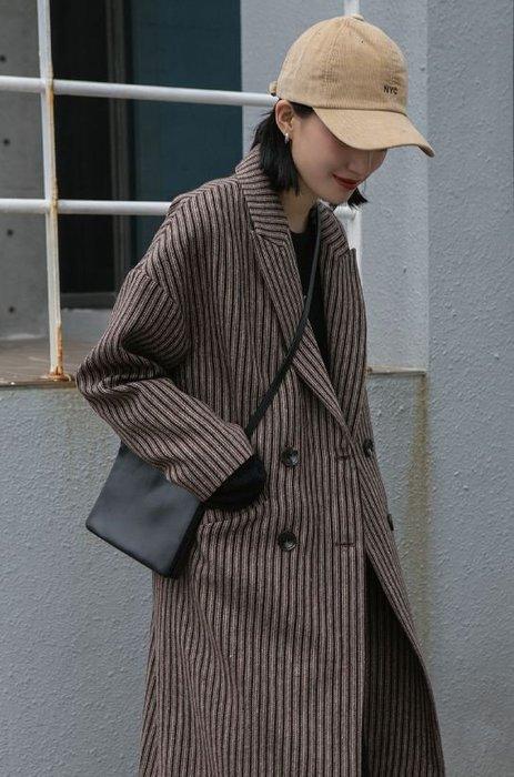 【鳳眼夫人】獨立設計品牌訂製款 焦糖可可 50%羊毛 復古文藝英倫風時尚超質感雙排扣後開衩直筒深咖色直條紋羊毛長大衣外套