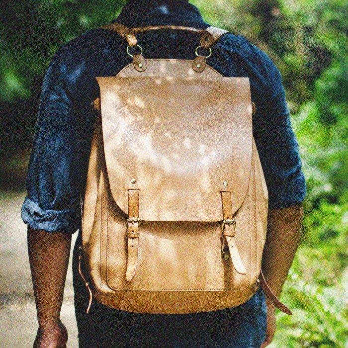 ~皮皮創~原創設計手作包。純手工頭層植鞣牛皮後背包復古真皮後背包出遊出差旅行包 男女適用情侶包