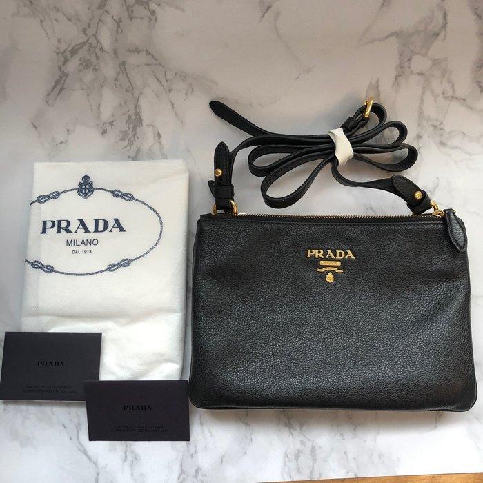 美國百分百【全新真品】 Prada 側背包 真皮 logo 包包 女包 背帶可調整 荔枝皮 黑色 J974