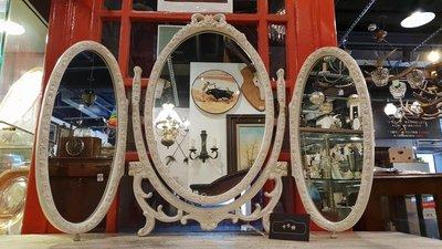【卡卡頌 歐洲跳蚤市場/歐洲古董】英國老件_維多利亞 優雅刷白蝴蝶結雕刻 可折三面鏡 桌上型 化妝鏡 MI0037✬