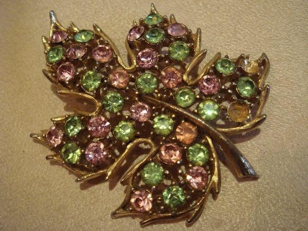 法國帶回,金紫綠色搭配造型楓葉別針胸針,非常美麗!低價起標無底價!本商品免運費!