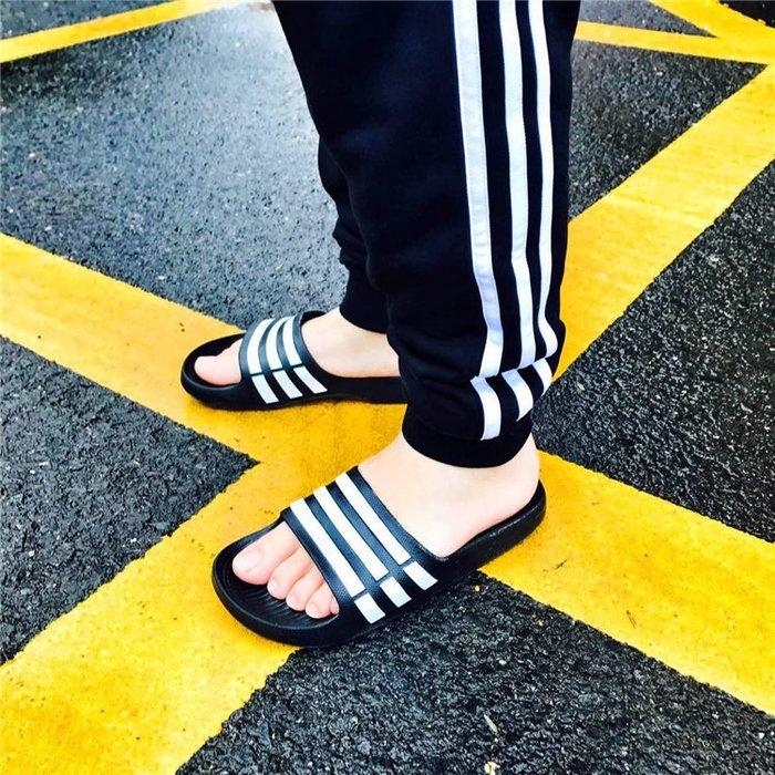 【豬豬老闆】Adidas 愛迪達 休閒 運動拖鞋 黑白 黑底白Logo 防水 拖鞋 運動拖鞋 男女鞋 G15890