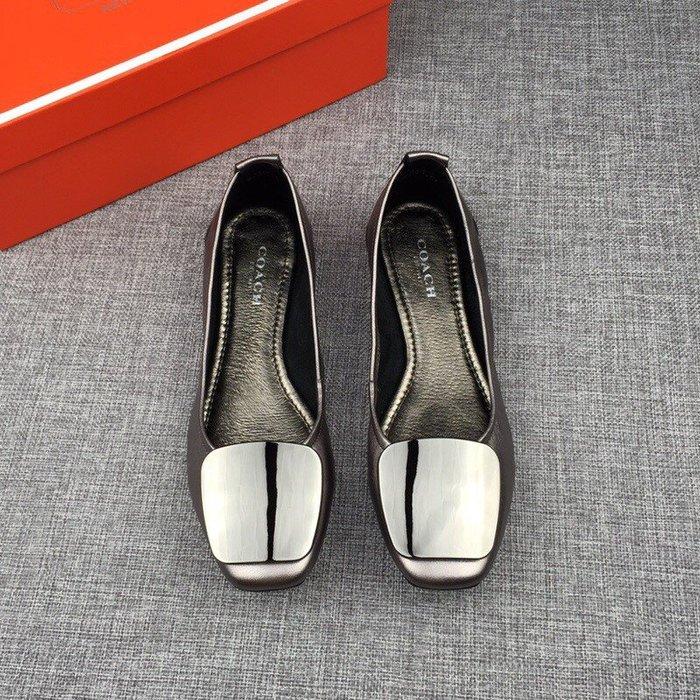 Chris 精品代購 COACH 新款 女鞋 小方頭 平底鞋 懶人鞋 亮面貼膜 金屬設計 簡約時尚 灰色