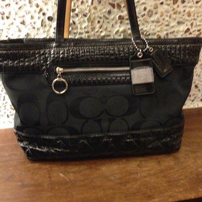 Coach黑色格菱手提包