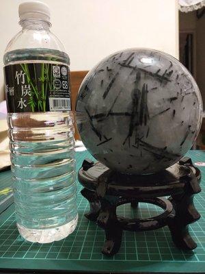 難得一見.物超所值.大顆天然原礦黑碧璽髮絲水晶球直徑約122mm淨重2730公克..我最便宜.一律免運費.