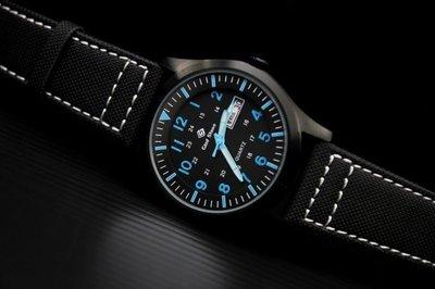 臺灣製造,酷黑色ipb不鏽鋼表壳,搭載日本 SEIKO 精工原廠 VX43 石英機芯造型軍風防水石英錶,強力纖維錶帶,藍