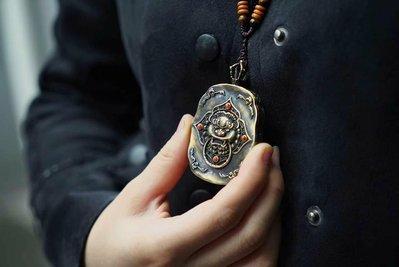 【秘唐】  Fm0506  隨身「蓮師除障嘎烏」,蓮花生大師集智慧、慈悲和伏惡的力量於一身,擁有無邊的法力,祈禱蓮師有不可思議的功德。