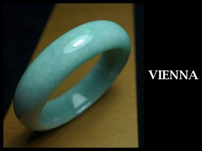 《A貨翡翠》【VIENNA】《手圍17.4/17mm版寬》緬甸玉/冰種甜美豆綠/玉鐲/手鐲I+020