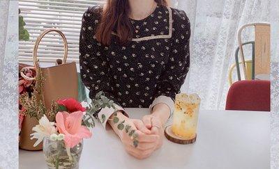 /SAFA/ 韓 甜美ㄩ字布蕾滿版飄逸雪花花朵絲質衣【1013A166】