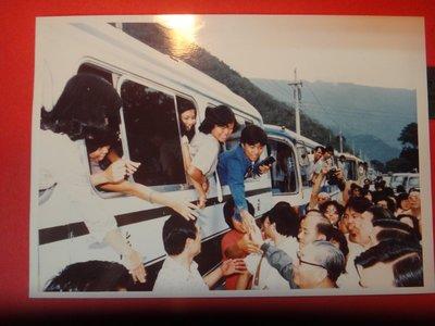 【愛悅二手書坊 A-01-4】前總統 蔣經國先生時任行政院長時與大專學生合影