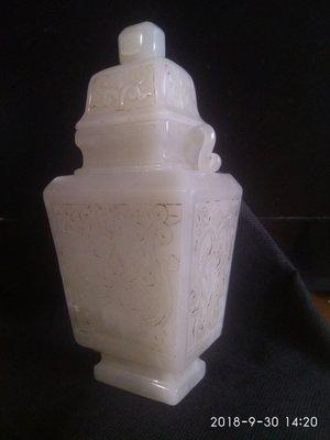 諸羅山人~~~~和闐白玉雕 瓶  477.8公克,  白淨油潤質佳工精 高18公分