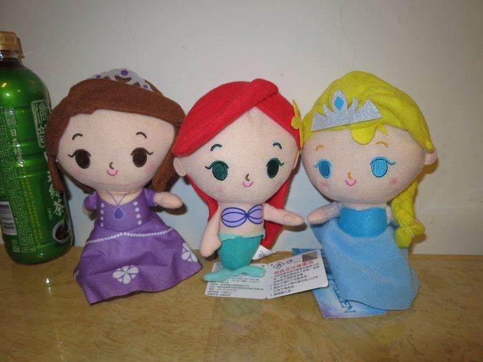 ///可愛娃娃///~正版授權7吋迪士尼公主系列~冰雪奇緣艾莎/小美人魚/小公主蘇菲亞絨毛娃娃--約22公分