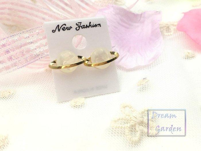 正韓飾品 耳環 星球 宇宙 耳針 貝殼白 金屬軌道造型  韓國耳環