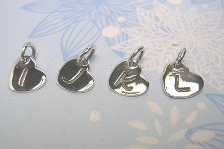琥珀貓~【925純銀材料配件】墜飾~A0112~英文字母小愛心吊牌~一個